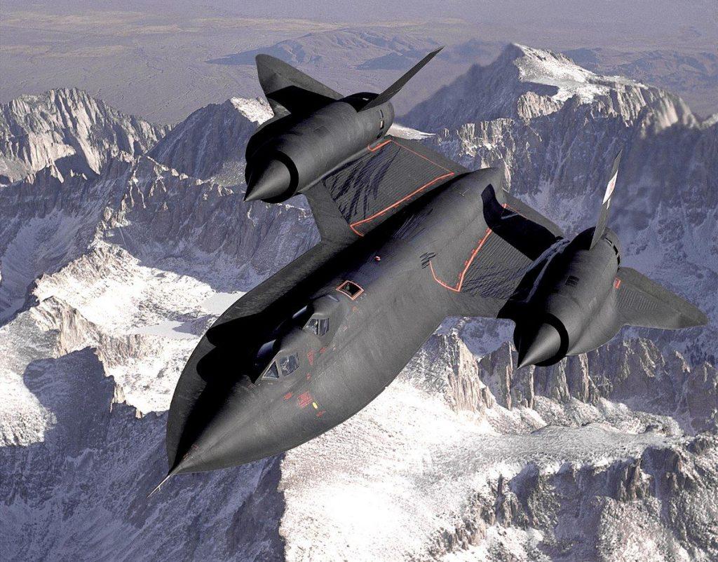 avião blackbird voando sobre os Alpes
