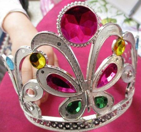 uma coroa de princesa encastoada de jóias, usada no Carnaval