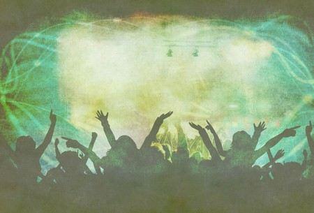 multidão jovem com os braços abertos num concerto de rock