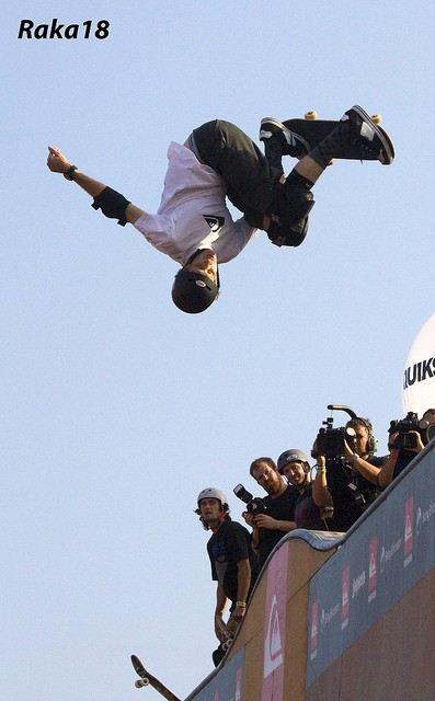 Tony Hawk faz um mortal no ar com o seu skate