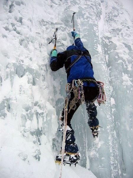 alpinista escalando uma parede de gelo no everest