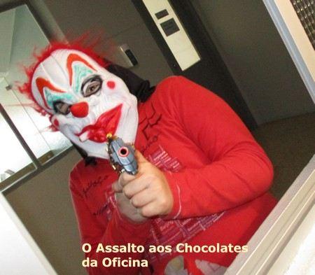 um assaltante mascarado vem exigir chocolates á oficina de escrita