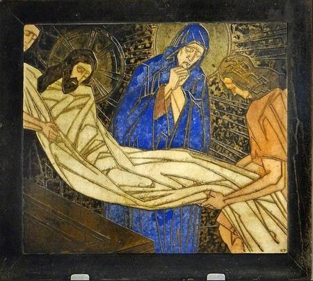 Jesus, envolvido no sudário é depositado no sepulcro por dois discípulos e acompanhado por Maria, Sua Mãe