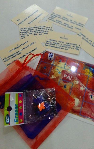 jogo d odia do pai: tabuleiro, dado, pino e cartões com 6 mensagens