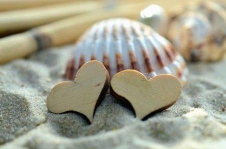 conchas na areia, duas em forma de coração