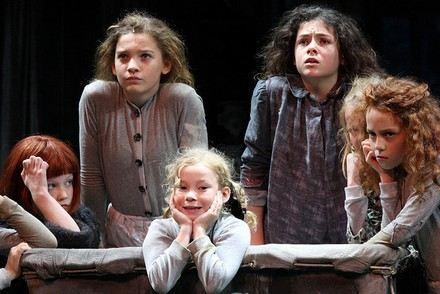 4 jovens cantoras do musical Annie